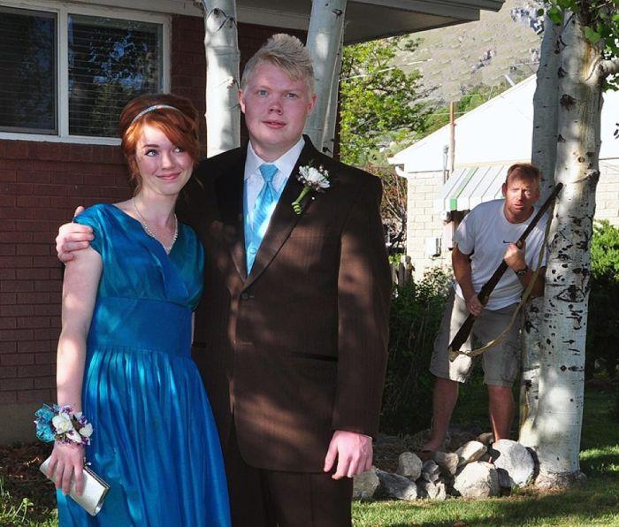 Парень пригласил на выпускной подружку, а у отца забыл спросить разрешения.