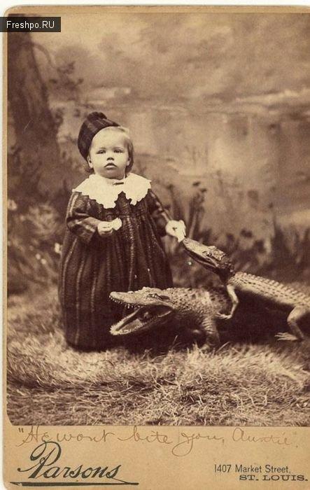 Ребенок с домашними крокодильчиками: