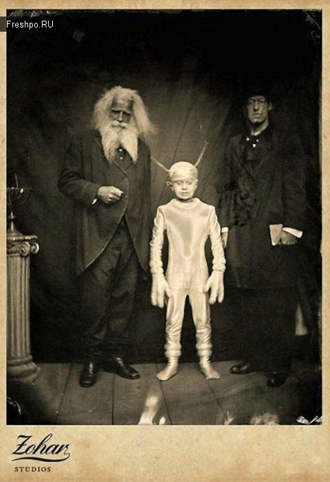 Фото с мальчиком в блестящем костюме инопланетянина: