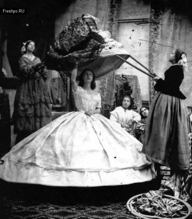 Девушку наряжают в платье