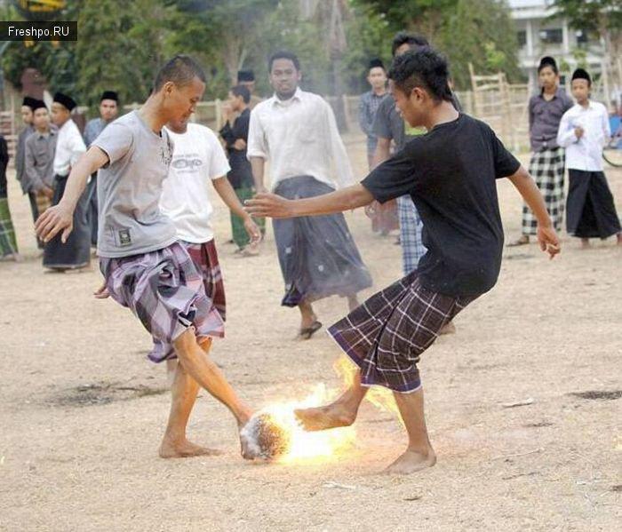 Странный футбол с горящим мячом или футбол по Индонезийски с фантазией!