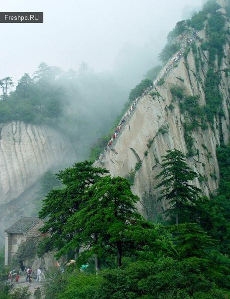 Маршрут Хуашань, вдоль отвесной скалы по узкой деревянной доске