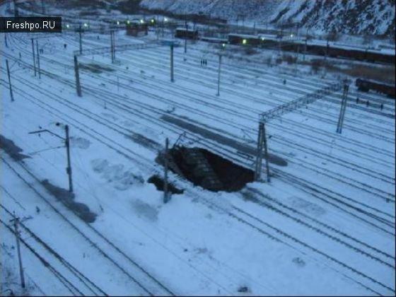 Ямы на железной дороге или обвал под рельсами