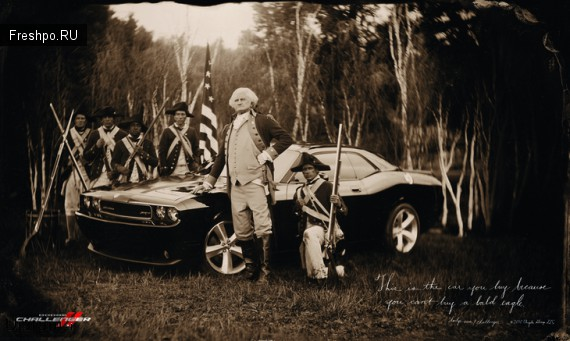 Американский президент с стоит в поле с дорогим спортивным автомобилем