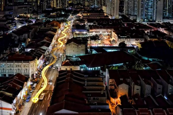 Новогодняя светящаяся змея в Сингапуре из китайских фанариков.
