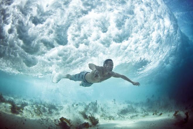 Серфингисты борющиеся со стихией - фотографии волны изнутри