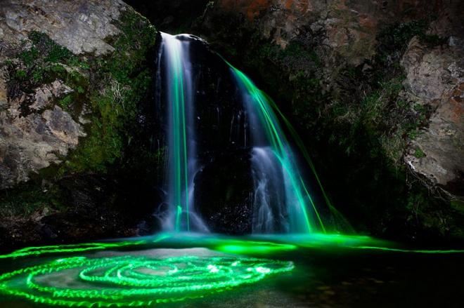 Невероятное свечение водопада и рек с помощью светящихся неоновых палочек