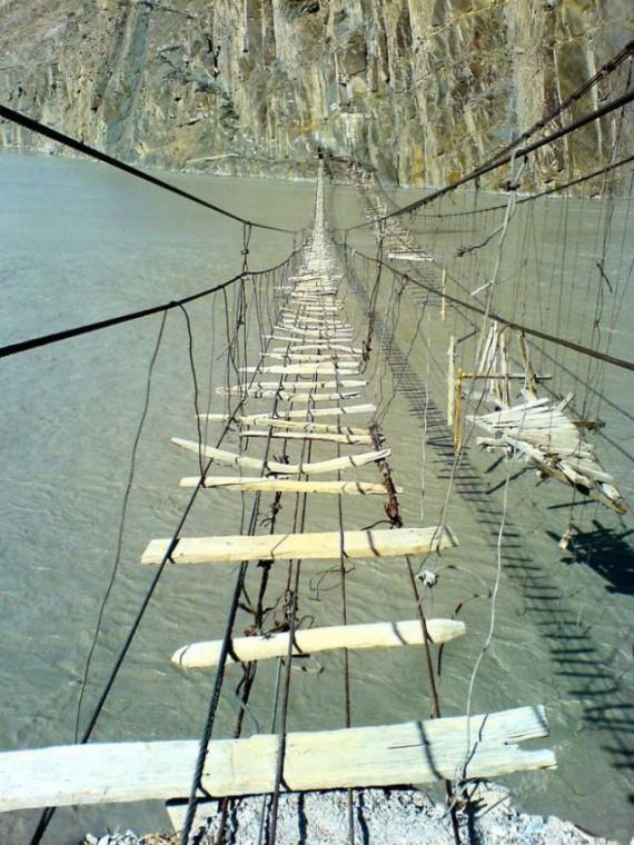 Самые страшные и опасные висячие мосты мира
